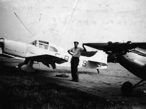 Maurice Paumier tenant l'aile de son prototype MP01 Aéro-club de Courbevoie